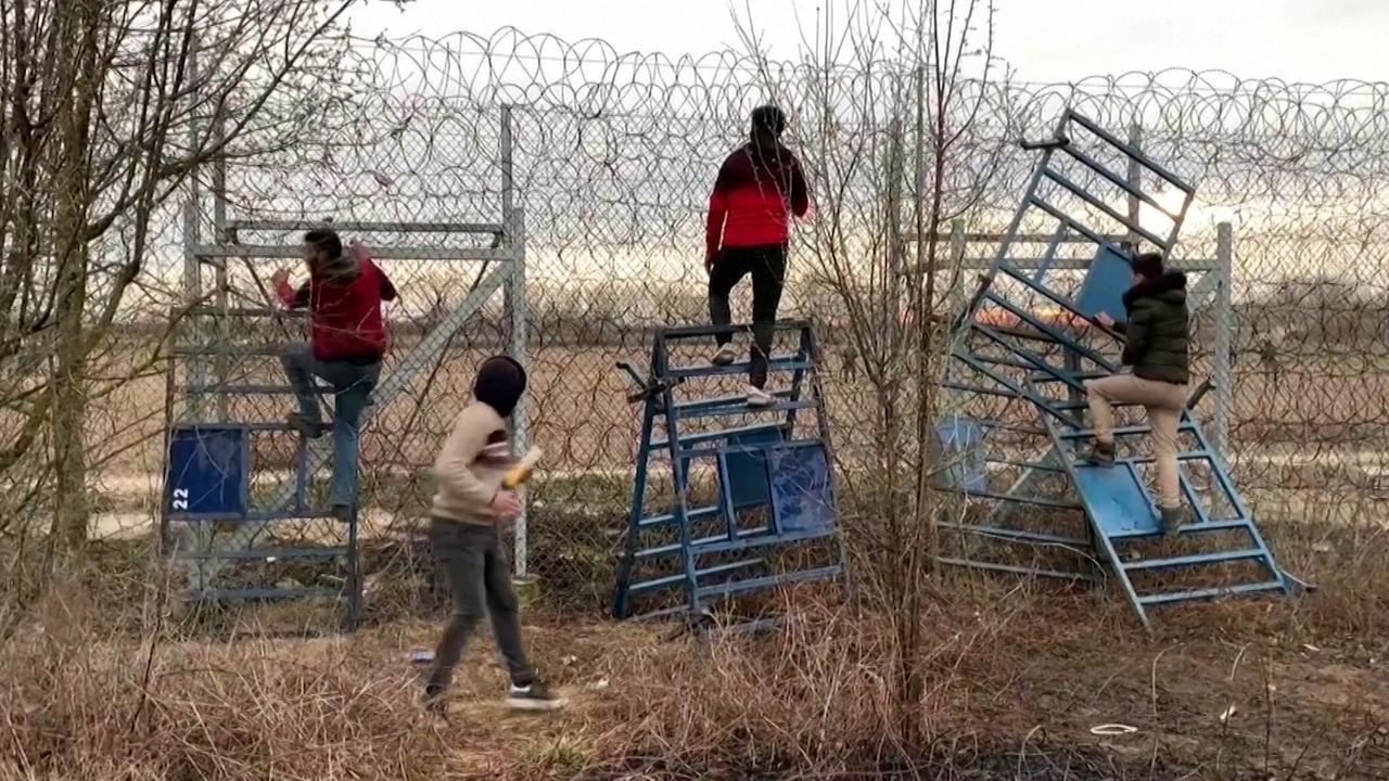 Griekse grenswacht schiet rookgranaten op migranten af