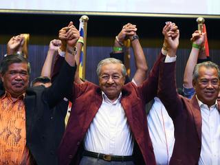 Populariteit zittend premier leed onder corruptieschandaal