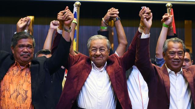 Oppositieleider (92) boekt verrassende overwinning bij verkiezingen Maleisië