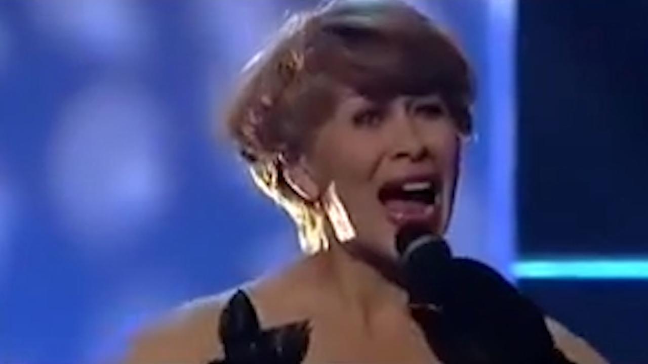 Anneke Grönloh zingt haar hit Brandend Zand