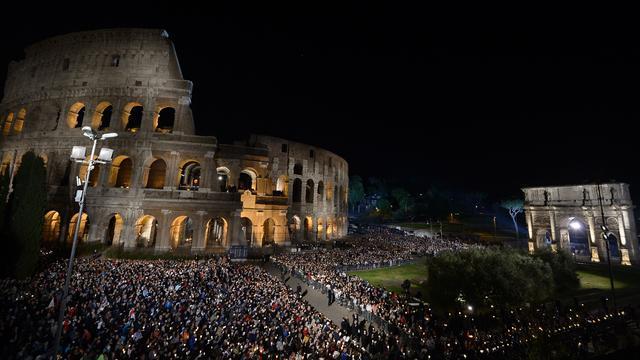 Tienduizenden gelovigen lopen kruisweg in Rome