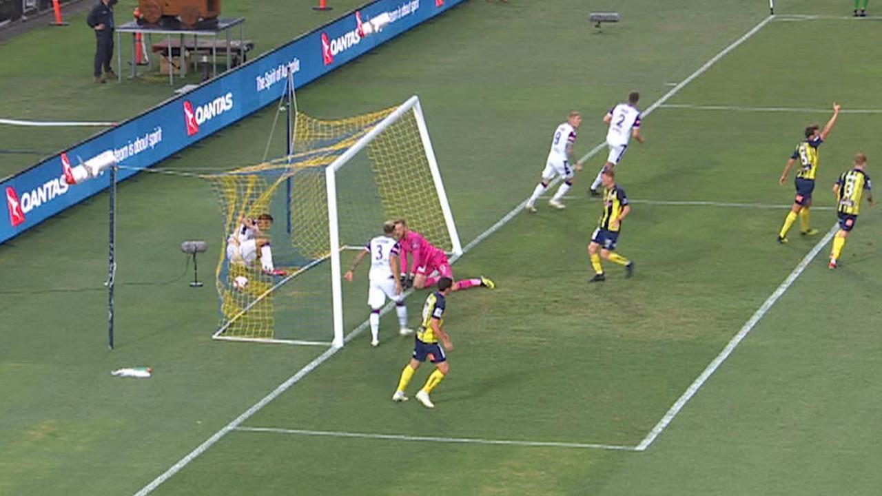 Speler in Australische competitie krijgt doelpaal omver na val in net