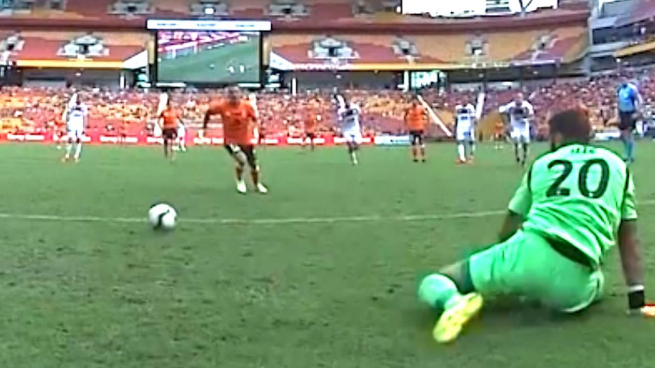 Fransman van Brisbane Roar schiet penalty tergend langzaam binnen