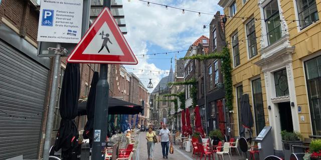 Nieuw verkeersbord in Zwolle waarschuwt voor overstekende obers