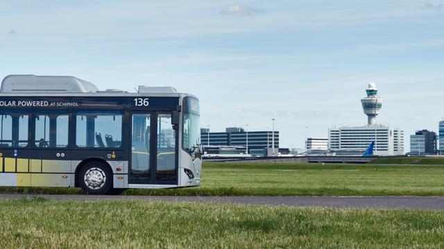 Schiphol vervoert reizigers met elektrische bus van vliegtuig naar gate