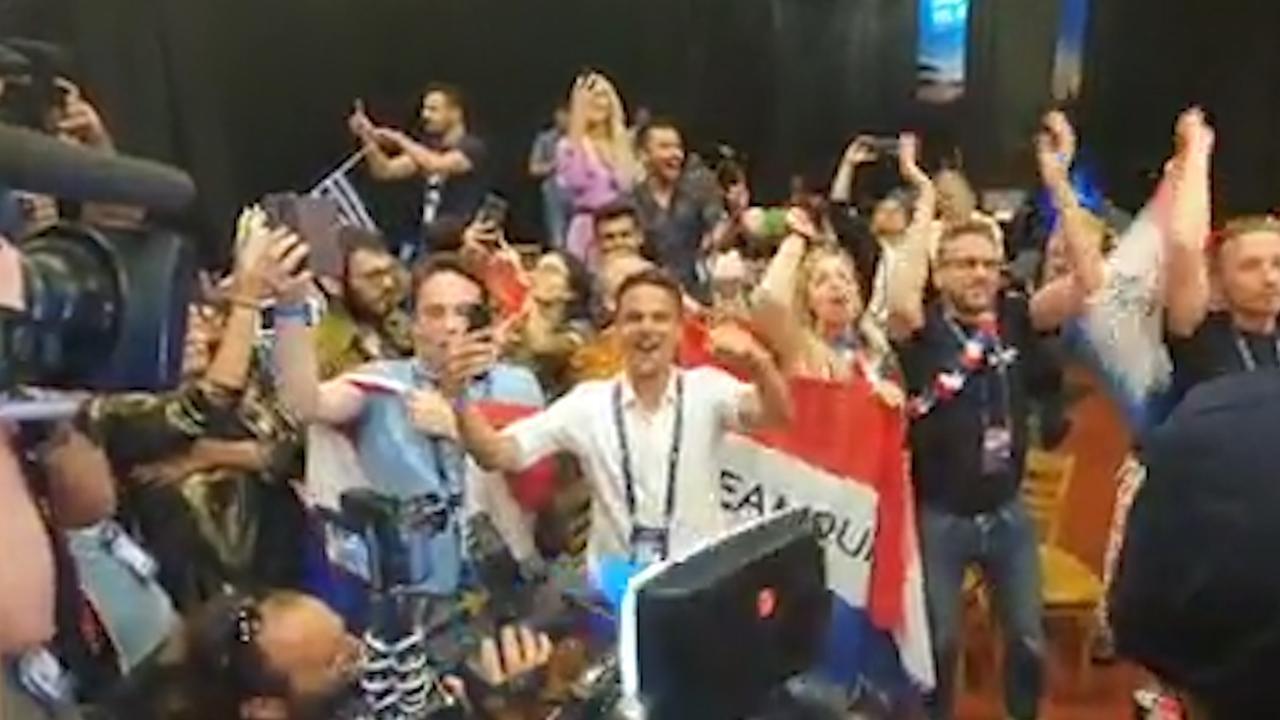 Pers zingt enthousiast mee met 'Arcade' tijdens finale