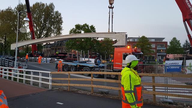 Eerste liggers nieuwe Valkbrug geplaatst