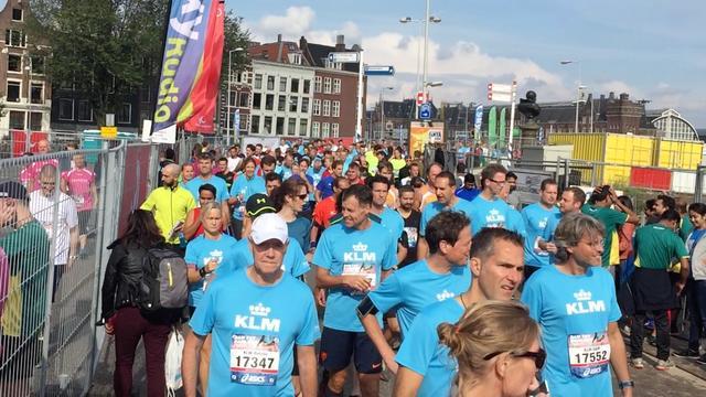 Duizenden mensen verzamelen zich voor Dam tot Damloop