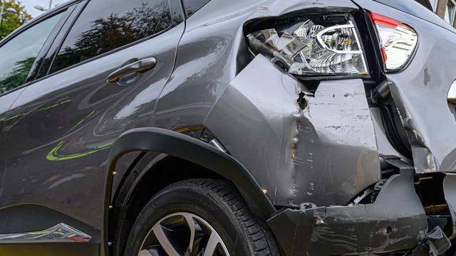 Automobilist botst tegen garagedeur op Graaf Hendrik III Plein