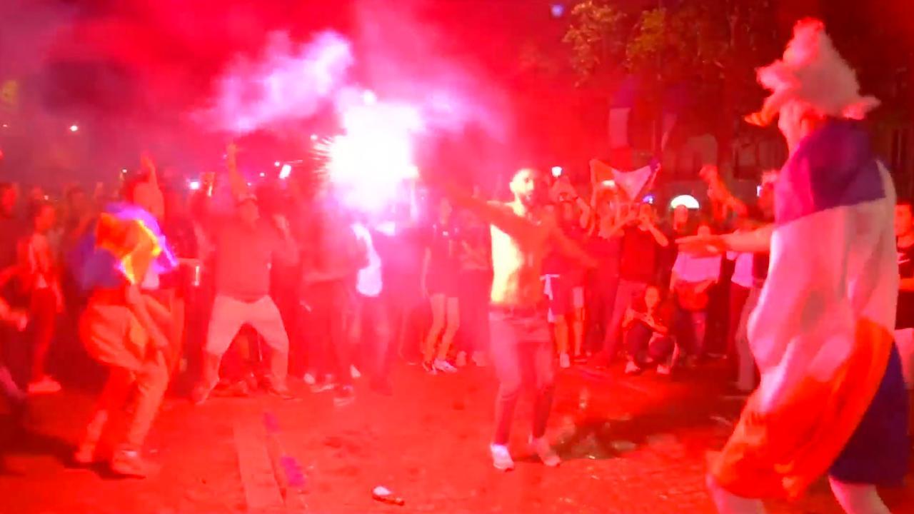 Fransen vieren winst op België massaal op Champs-Élysées