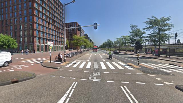 Politie op zoek naar getuigen aanrijding Piet Heinkade