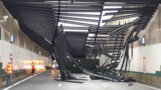 Vrachtwagen raakt plafond van Zeeburgertunnel