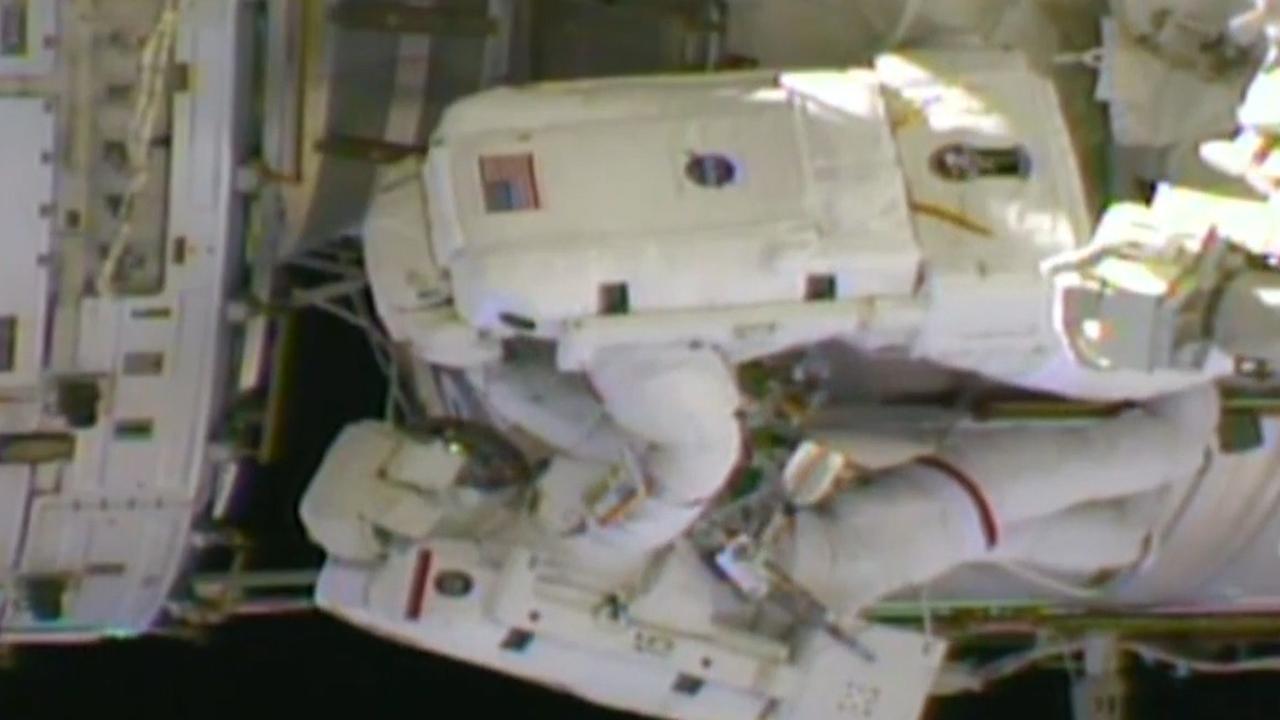 Astronauten ISS koppelen robotarm aan reservestroom