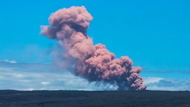 Snelweg op Hawaï afgesloten door stromende lava