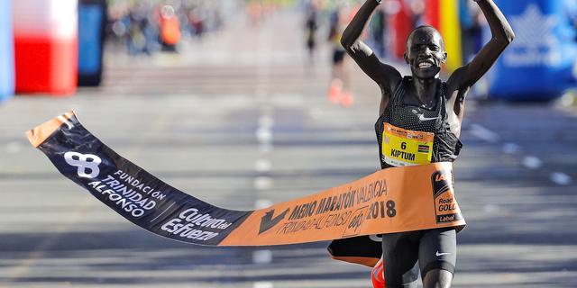 Keniaan Kiptum verbreekt acht jaar oud wereldrecord op halve marathon