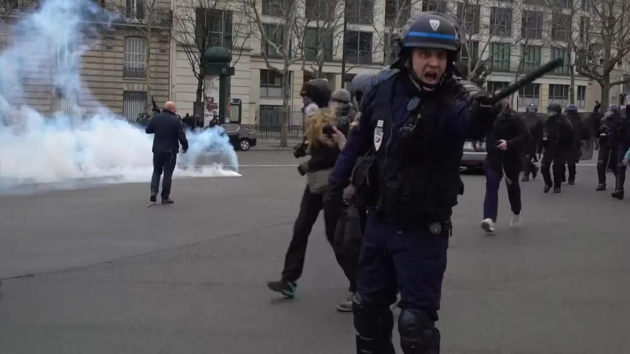 Franse politie verdrijft 'Gele Hesjes' met traangas in Parijs