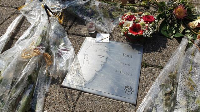 Gedenksteen geplaatst bij Nieuwe Prinsenkade voor slachtoffer steekpartij