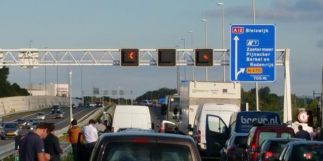 A12 bij Den Haag uren dicht na kettingbotsing met tien auto's