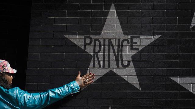 Honderden mensen herdenken Prince tijdens concert in Amsterdam