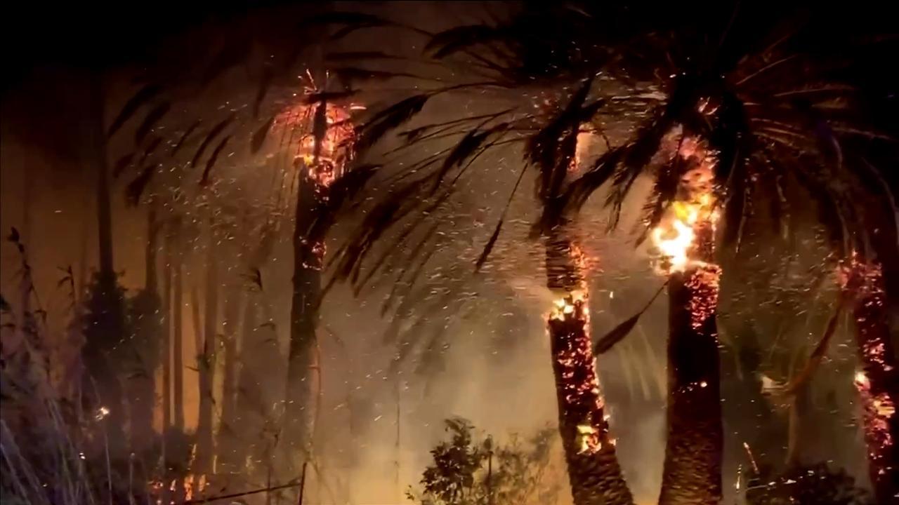 Heftige bosbrand veroorzaakt vonkenregen in Californië