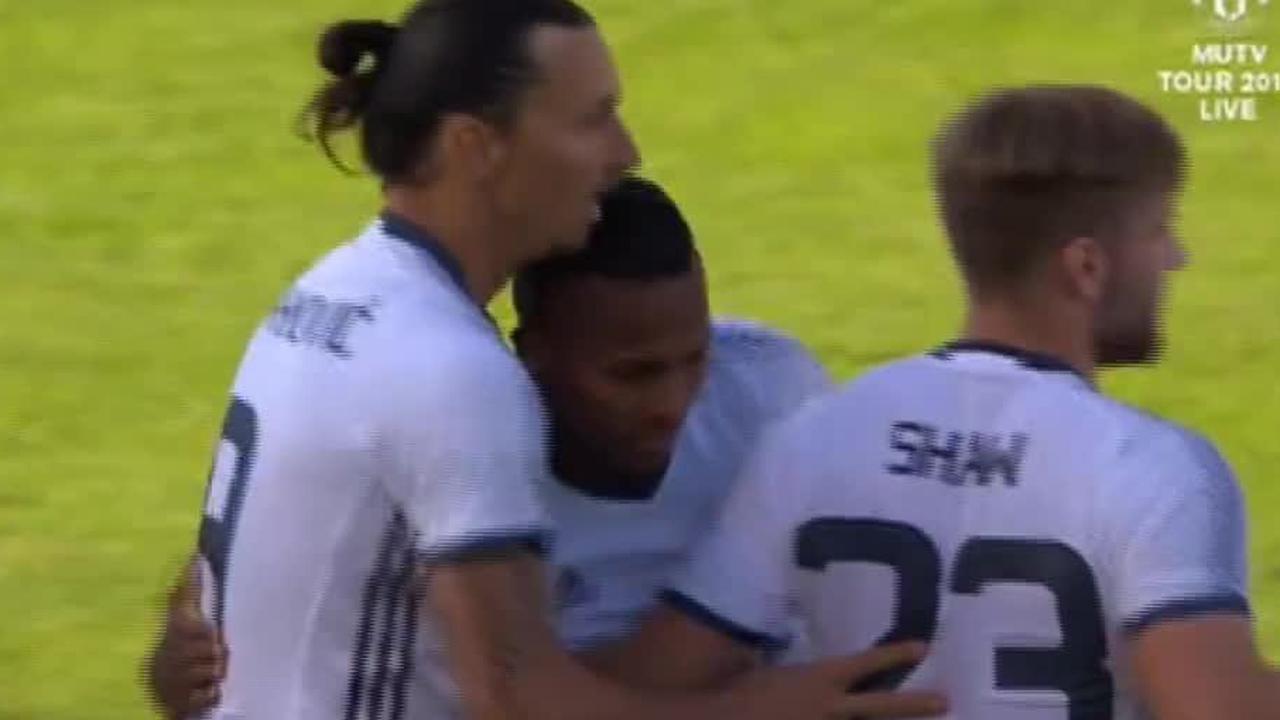 Ibrahimovic scoort met halve omhaal bij debuut voor United
