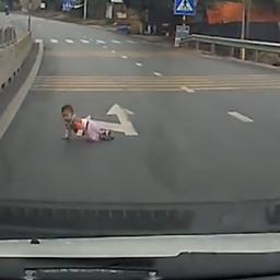Automobilisten op de rem om kruipende baby op snelweg Vietnam