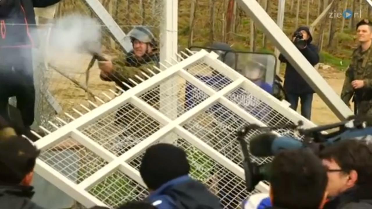 Politie schiet met traangas op vluchtelingen bij grens Macedonië