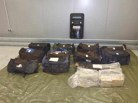 Zestien sporttassen met cocaïne aangetroffen in Rotterdamse haven