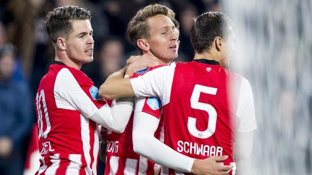 PSV verslaat FC Twente in spektakelstuk door eigen doelpunt in blessuretijd