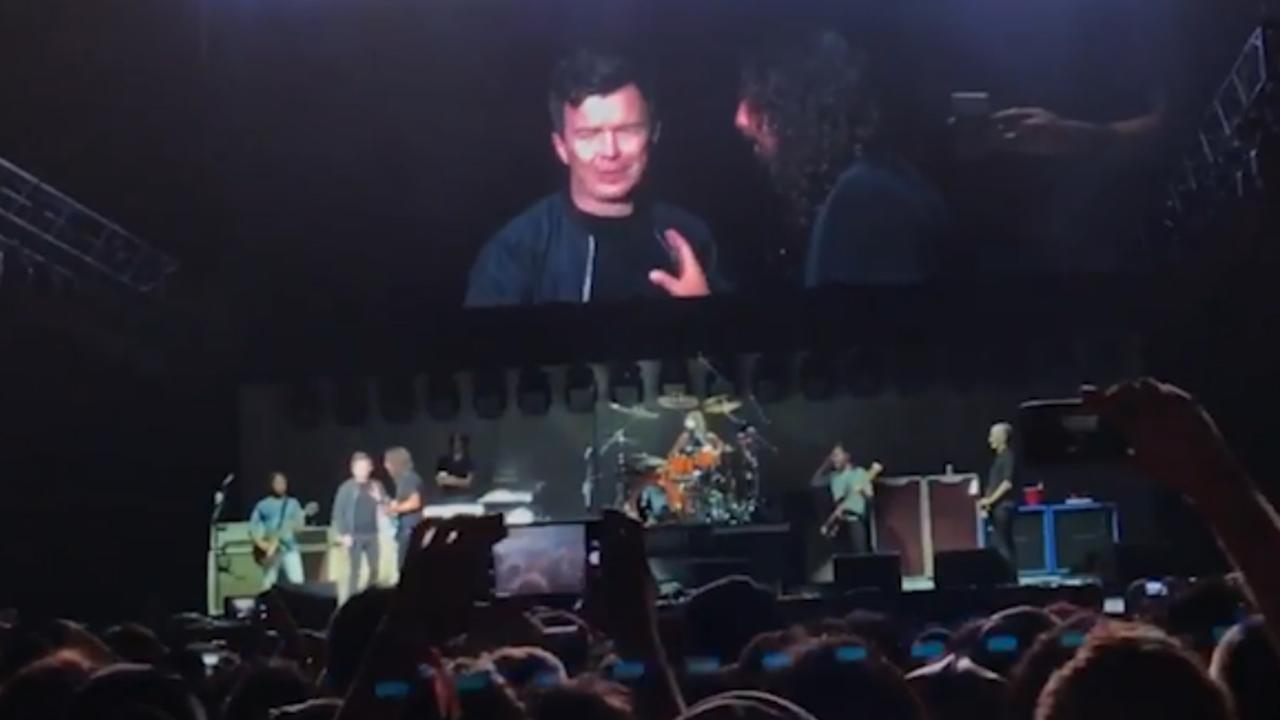 Dave Grohl nodigt Rick Astley uit op podium tijdens concert Foo Fighters