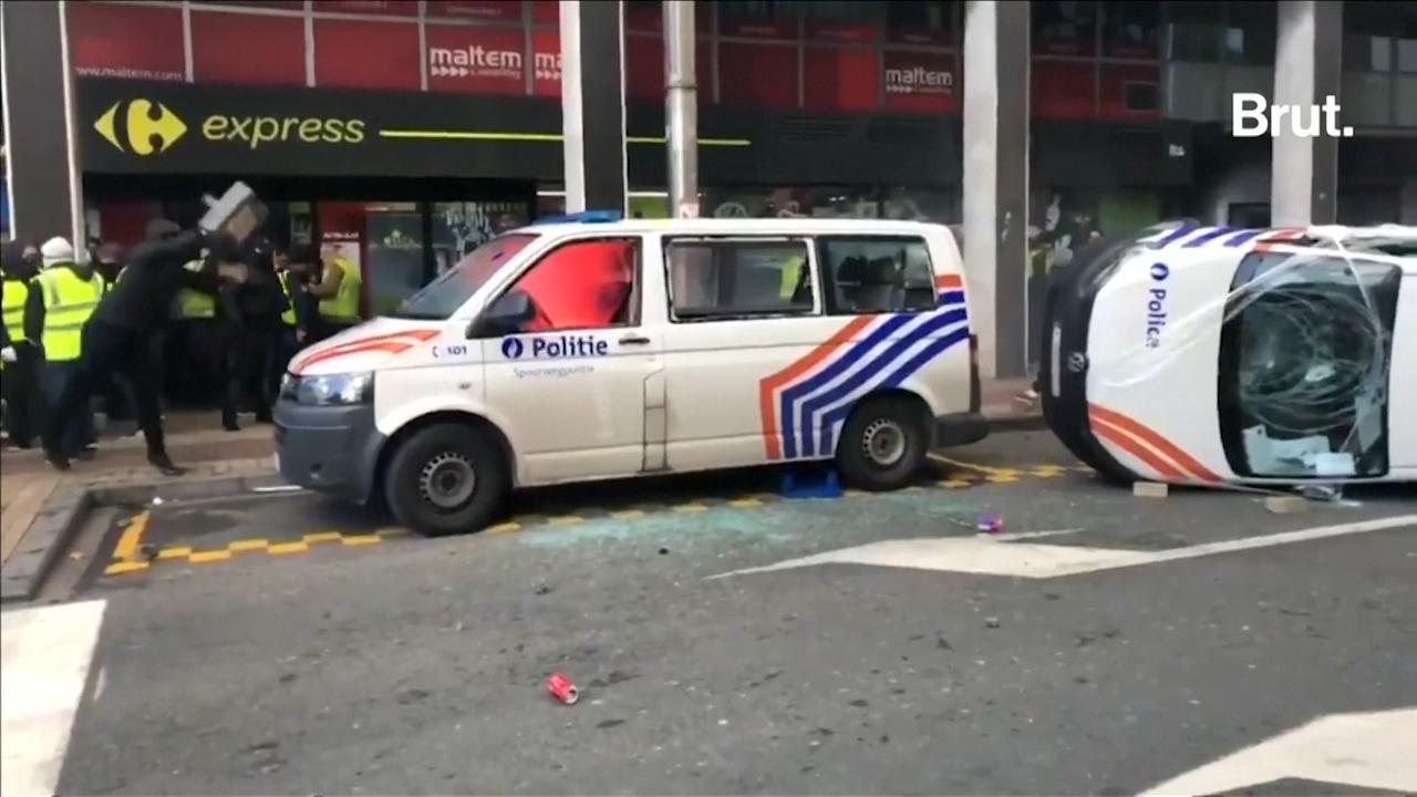 Demonstranten vernielen politiebusjes in Brussel
