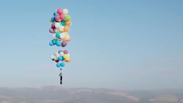 Man vliegt Zuid-Afrika over met campingstoel en 100 heliumballonnen
