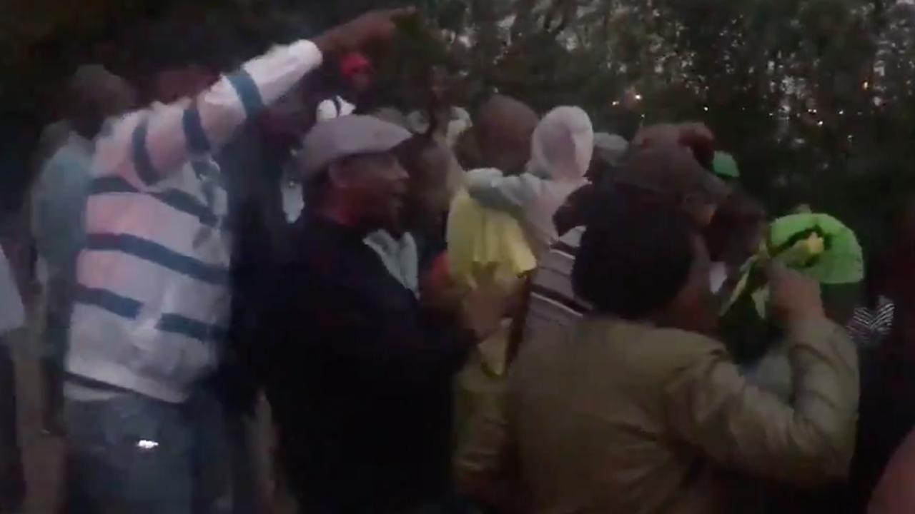 Grote groep danst voor huis overleden Winnie Mandela