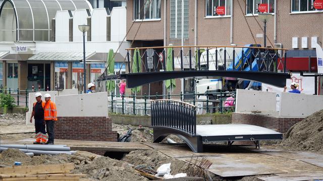 Nieuwe bruggen geplaatst aan Lage Zijde in Alphen