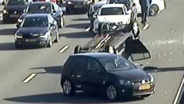 Auto slaat over de kop op A12 Utrecht