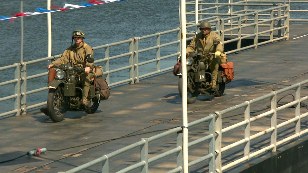 Duizenden bezoekers Amsterdam herbeleven pontonbrug WOII