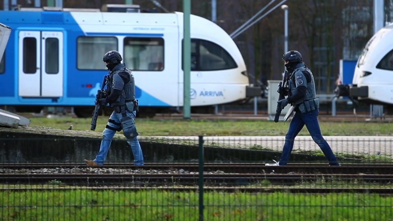 Arrestatieteam haalt mensen uit trein in Zwolle