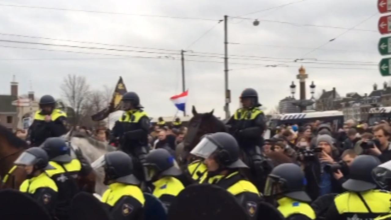 Politie voert harde charges uit bij Pegida Amsterdam