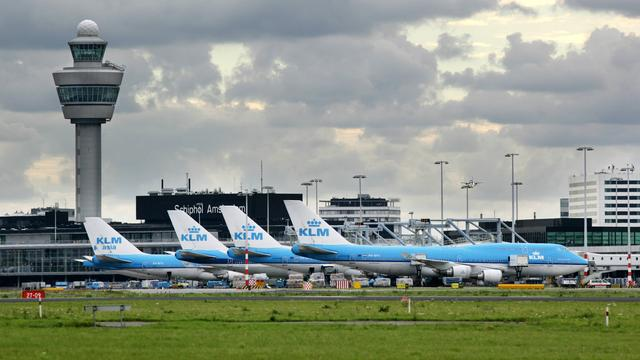 'Kabinet wil vakantievluchten op Schiphol aan banden leggen'