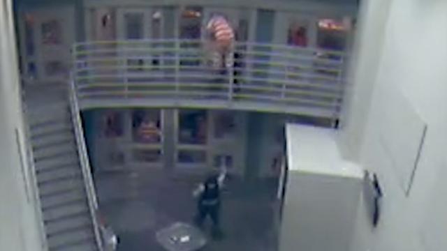 Bewaker in Nevada vangt vallende gevangene