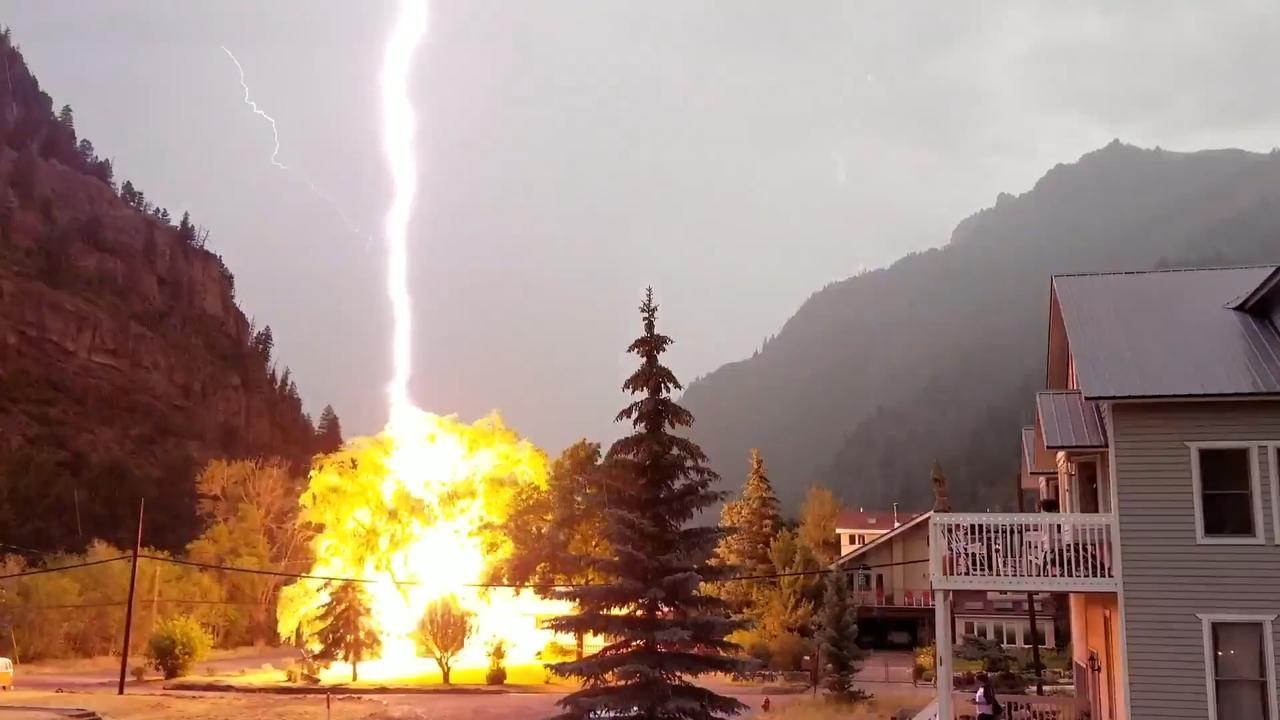 Bliksem slaat in boom voor huis in Colorado