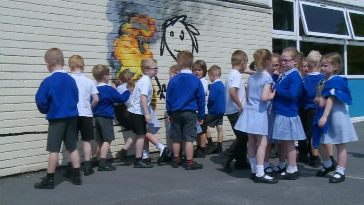 Banksy bedankt Britse basisschool met muurkunstwerk