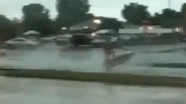 Man jetskiet over overstroomde weg in Illinois