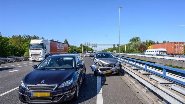 Twee personen lichtgewond na ongeval met vijf auto's A58 Bavel