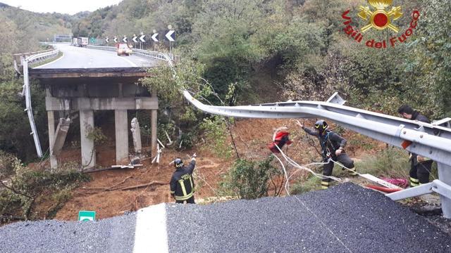 Een brug in Noord-Italië stortte zondag in, vermoedelijk door een aardverschuiving (Foto: Reuters)