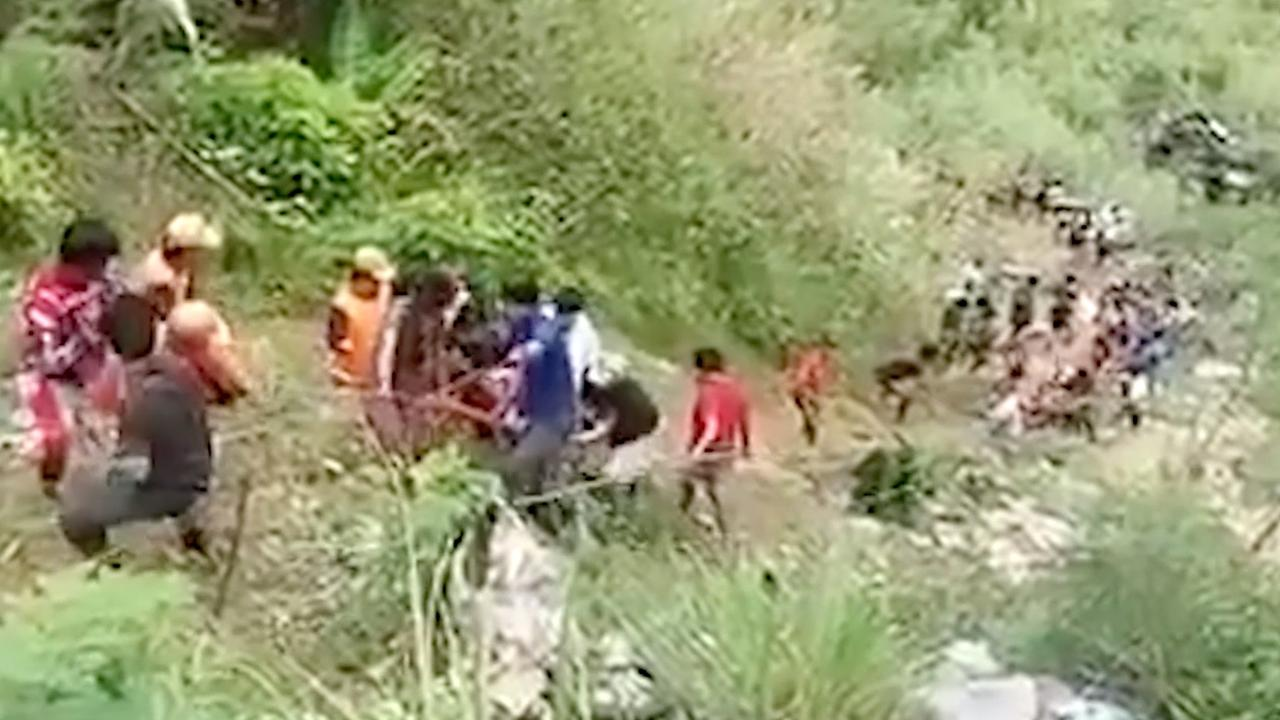 Reddingswerkers halen overlevenden uit verongelukte bus Filipijnen