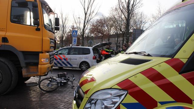 Fietser aangereden door vrachtwagen