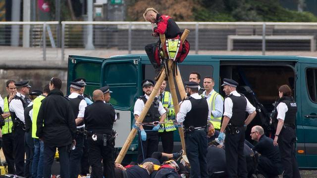 Vluchten London City Airport vertraagd door betogers op landingsbaan