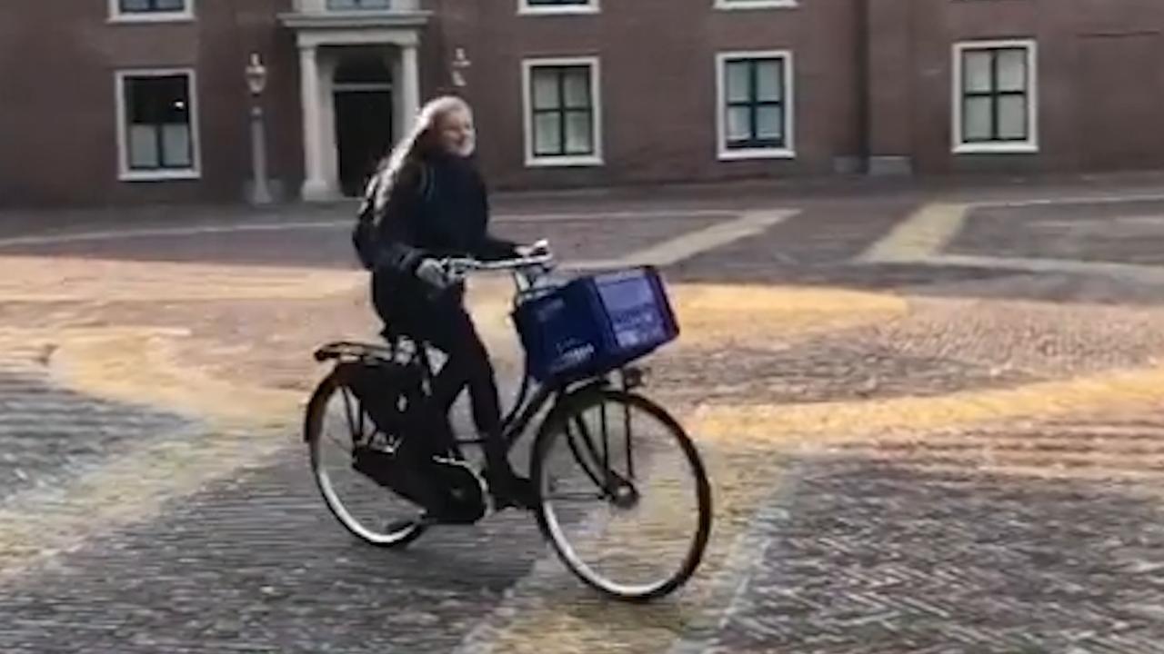 Prinses Ariane voor het eerst op de fiets naar de brugklas