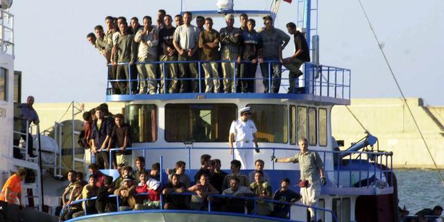 Duizenden vluchtelingen van boten gered door Italiaanse kustwacht
